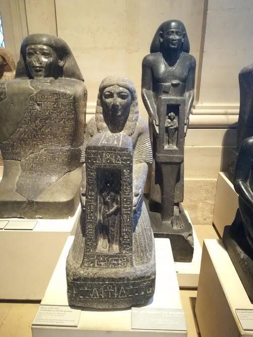 Antichități egiptene din interiorul muzeului Luvru