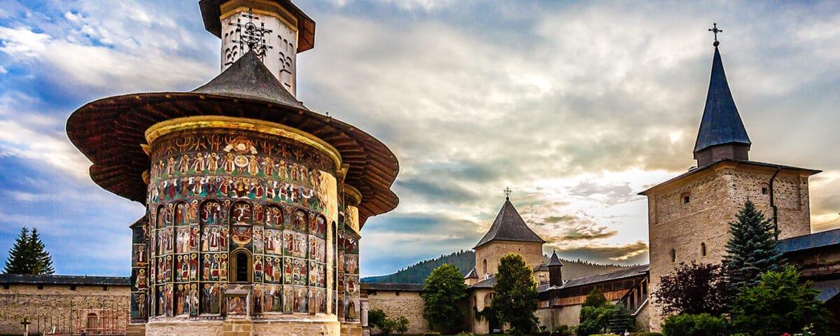 3 Manastiri pe care trebuie sa le vizitezi daca ajungi in nordul Moldovei 3