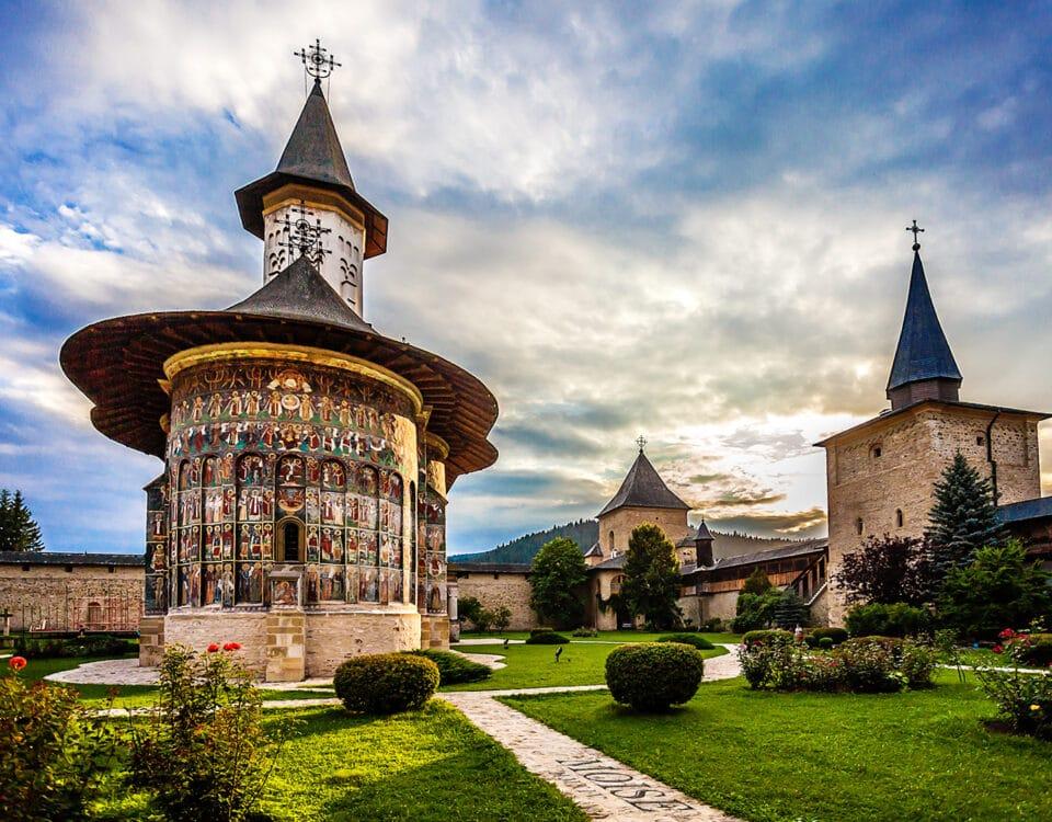 3 Manastiri pe care trebuie sa le vizitezi daca ajungi in nordul Moldovei 8