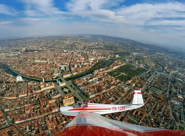 O buna idee de cadou, Survol de placere cu avionul in Roman 4