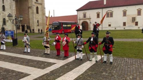 foto la intrarea in cetatea Carolina din Alba Iulia