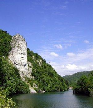 Imagine suerba cu Statuia lui Decebal de la cazane